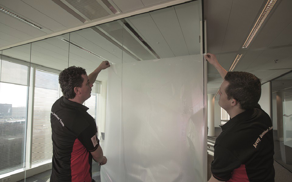 Avery Dennison Specialist wrapping a car